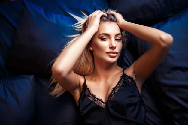 Piękna kobieta, leżąc na łóżku widok z góry