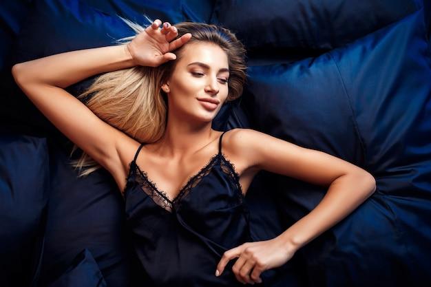 Piękna kobieta, leżąc na łóżku