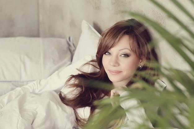 Piękna kobieta, leżąc w łóżku
