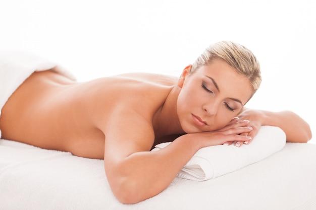 Piękna kobieta, leżąc w spa