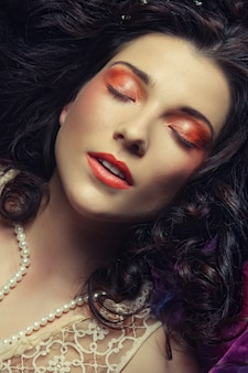 Piękna kobieta leżała na organzy. śpiąca królewna.