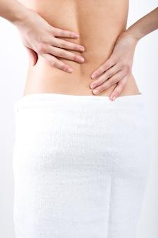Piękna kobieta ma ból w plecach
