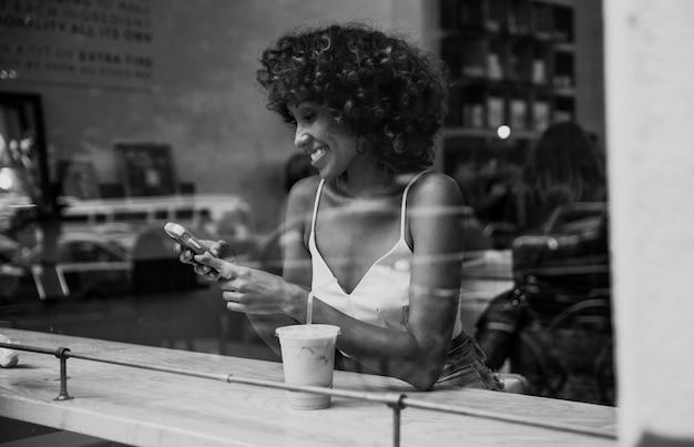 Piękna kobieta ma napój wśrodku kawiarni