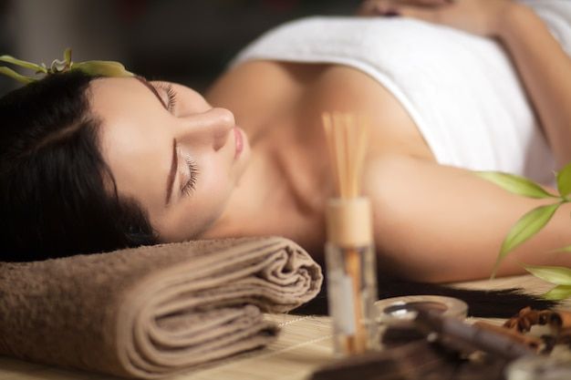 Piękna kobieta ma relaksować w zdroju masażu salonie.