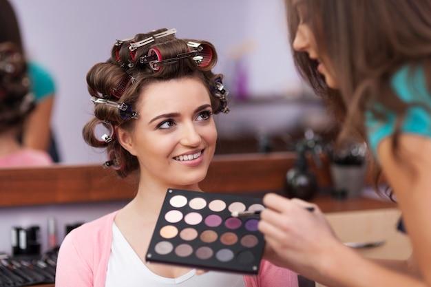 Piękna kobieta ma swojego stylistę