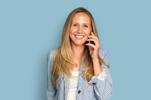 Piękna kobieta mająca urządzenie cyfrowe do rozmów telefonicznych