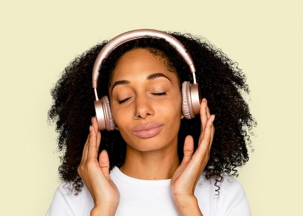 Piękna kobieta makieta psd słuchająca muzyki przez słuchawki