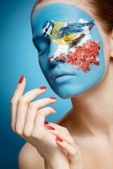 Piękna kobieta moda z sztuka twarz w stylu zimy. makijaż tekstur.