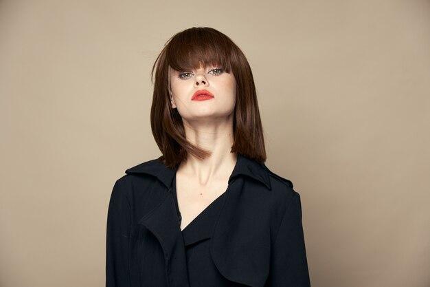 Piękna kobieta modne ubrania jasny makijaż śmiejąc się w pomieszczeniu widok z przodu