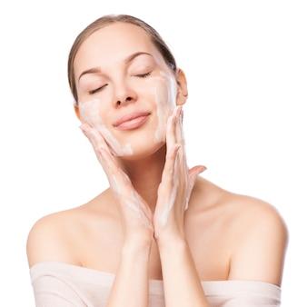 Piękna kobieta myje jej twarz