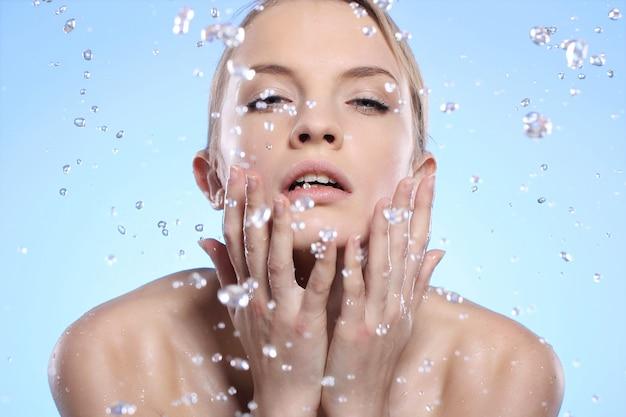 Piękna kobieta myje twarz