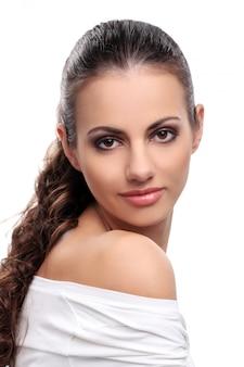 Piękna kobieta na białym tle