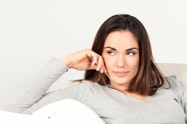 Piękna kobieta na kanapie w domu