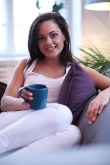 Piękna kobieta na kanapie