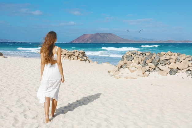 Piękna kobieta na plaży corralejo, fuerteventura
