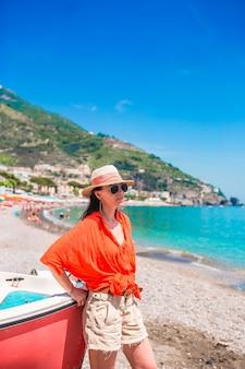 Piękna kobieta na plaży na wybrzeżu amalfi we włoszech