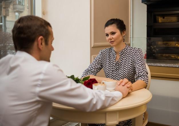 Piękna kobieta na randkę w kawiarni z mężczyzną