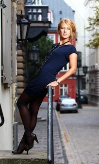 Piękna kobieta na starej ulicy miasta