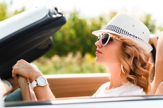 Piękna kobieta na wycieczce samochodowej