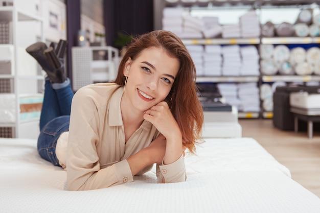 Piękna kobieta na zakupy do materaca ortopedycznego
