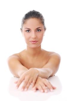Piękna kobieta nad białym tłem