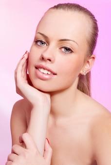 Piękna kobieta nad różową ścianą