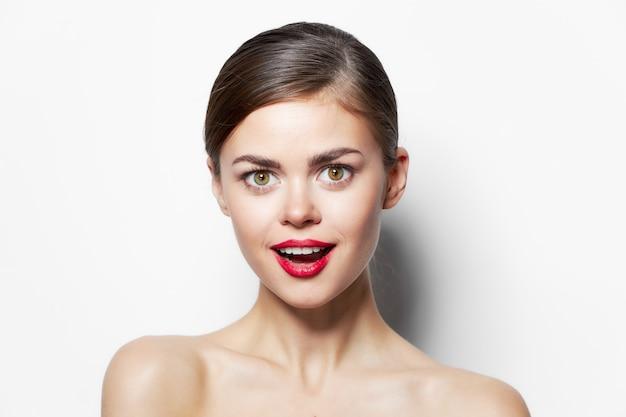 Piękna kobieta nagie ramiona czerwone usta zaskoczony wygląd bliska jasna skóra