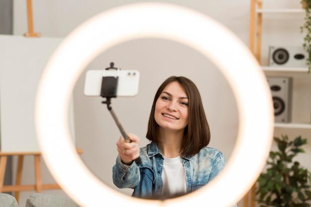 Piękna kobieta nagrywa się w domu