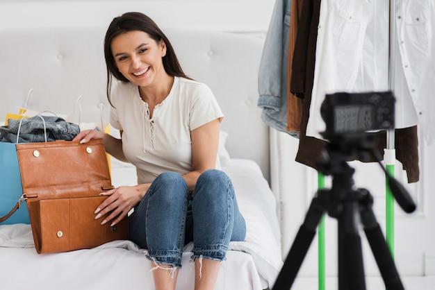 Piękna kobieta nagrywająca reklamę