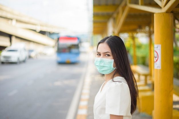 Piękna kobieta nosi maskę na przystanku