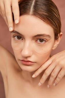 Piękna kobieta nosi opaski na oczy z bliska