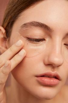 Piękna kobieta nosi opaski na oczy