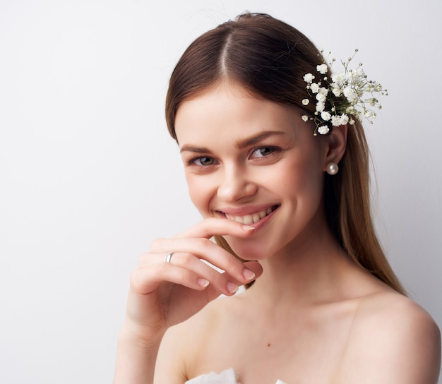 Piękna kobieta o atrakcyjnym wyglądzie kwiaty w luksusowym studio włosów