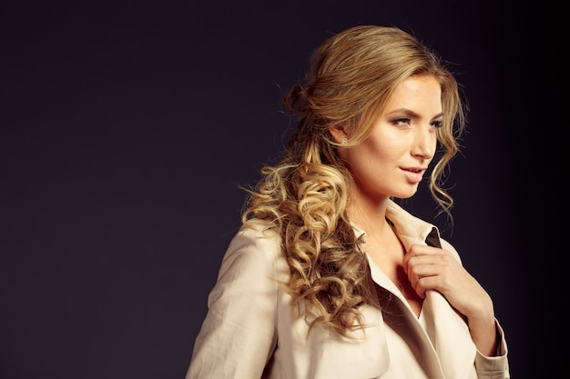 Piękna kobieta o długich blond włosach w beżowym futrze