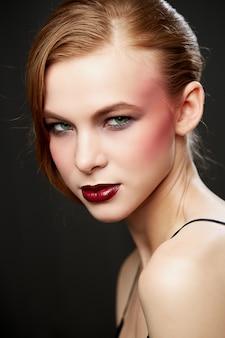 Piękna kobieta o długich prostych rudych włosach