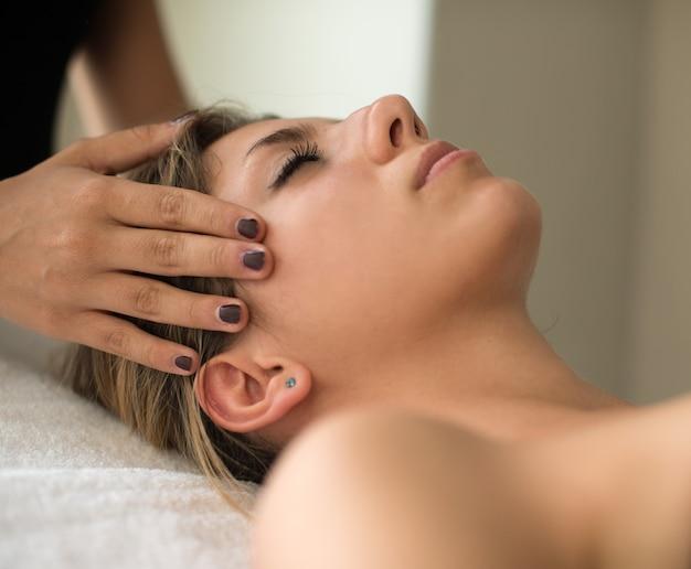 Piękna kobieta o masaż twarzy
