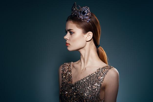 Piękna kobieta o mocnym spojrzeniu w koronie