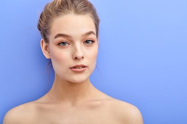 Piękna kobieta o niebieskich oczach i naturalnym makijażu