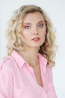 Piękna kobieta o niebieskich oczach