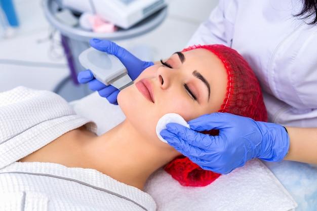 Piękna kobieta odbiera peeling twarzy kawitacyjny ultradźwiękami