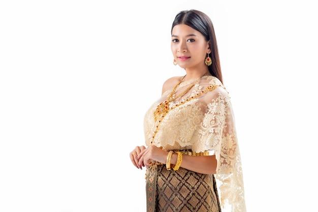Piękna kobieta ono uśmiecha się w krajowym tradycyjnym kostiumu tajlandia. izoluj na białym tle.