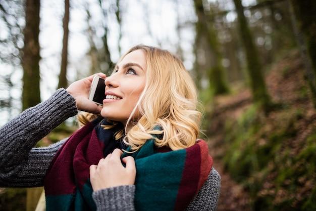 Piękna kobieta opowiada na telefonie komórkowym