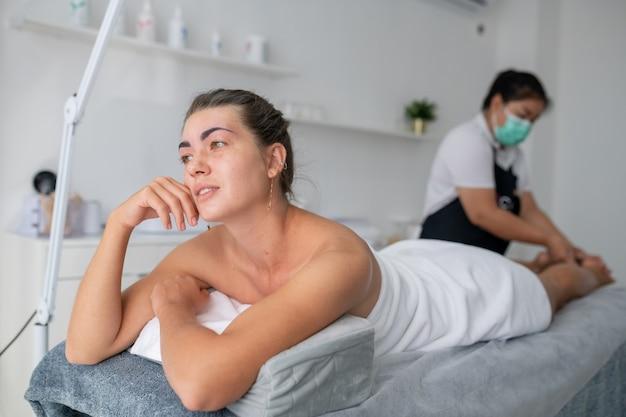 Piękna kobieta otrzymująca masaż stóp w salonie spa