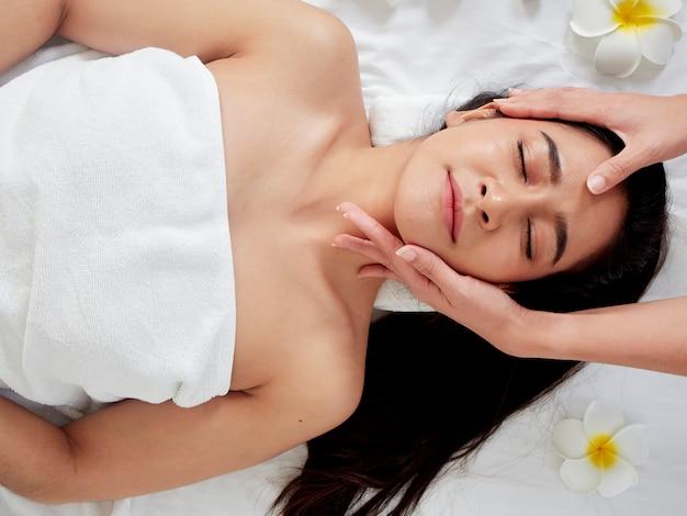 Piękna kobieta otrzymywa twarzowego masaż w zdroju.