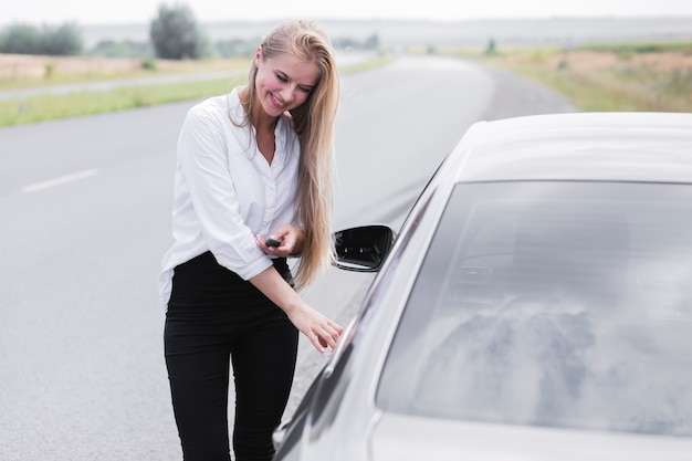 Piękna kobieta otwiera drzwi samochód