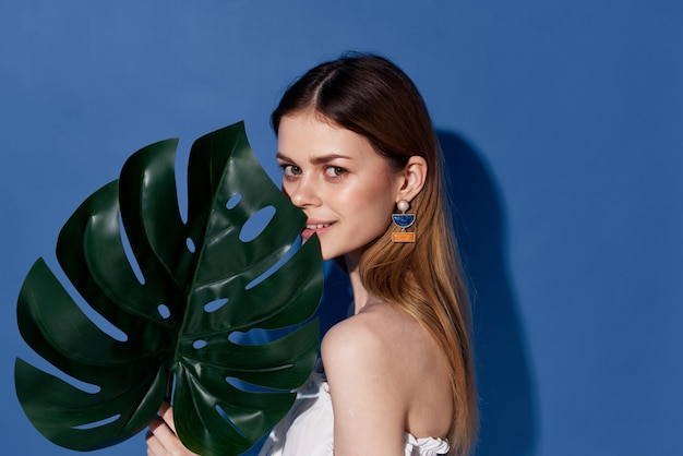 Piękna kobieta palmy zielony liść egzotyczny podróżował niebiesko-kosmiczny