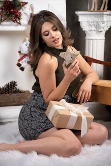 Piękna kobieta patrząca na drewniane w salonie