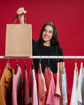Piękna kobieta patrzeje jej torba na zakupy