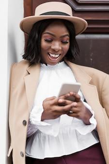 Piękna kobieta patrzeje na jej telefonie