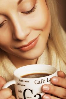 Piękna kobieta pije kawę. strzał studio.